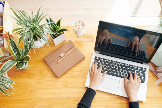 женщина и ноутбук